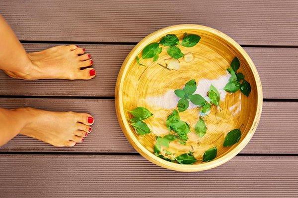 Ngâm chân nước ấm giúp nhỏ chân