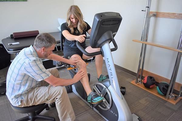 Sử dụng xe đạp phục hồi chức năng