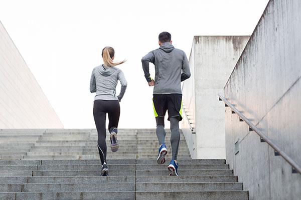 Chạy leo cầu thang giảm mỡ bụng
