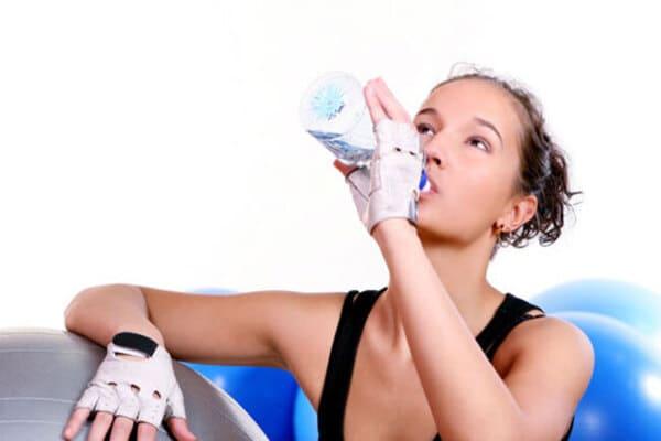 Bổ sung nước trong quá trình chạy bộ